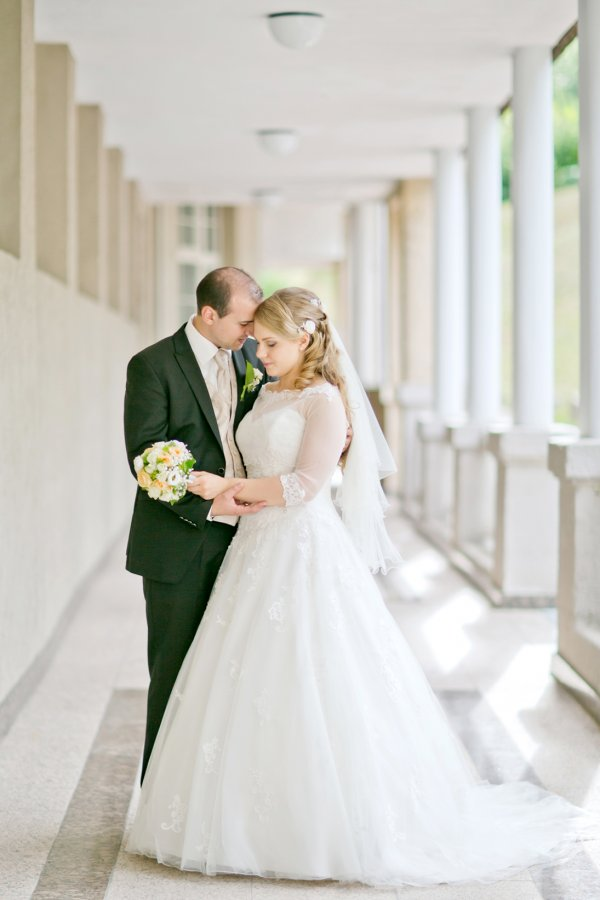 Hochzeitsfoto zwischen Säulen